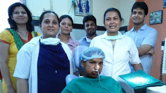 Ashik Gavai bên gia đình và ê-kíp phẫu thuật