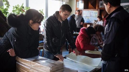 Người dân Ukraine đi bỏ phiếu. Ảnh: EPA
