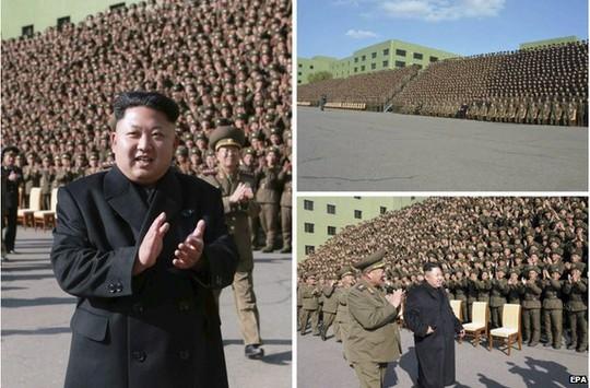 Ông Kim Jong-un bước đi không cần chống gậy. Ảnh:EPA