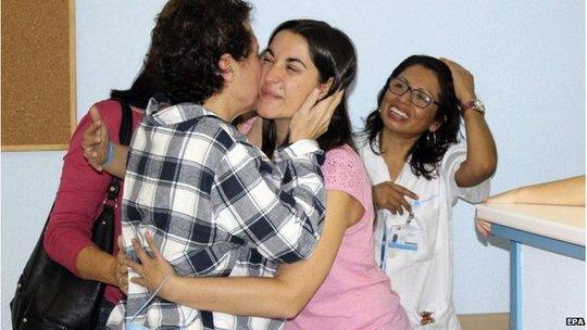 Nữ y tá Teresa Romeo hôn tạm biệt các y bác sĩ chăm sóc cô