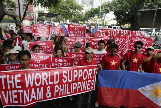 Người Philippines và Việt Nam tuần hành. Ảnh: AP