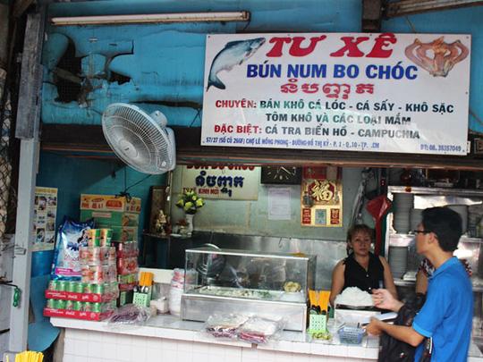 Quán Tư Xê có tiếng từ nhiều năm, được xem là nơi bán món bún num-bo-chút ngon nhất chợ. Mỗi tô bún có giá 30.000-40.000 đồng. Toàn bộ nguyên liệu chế biến được lấy từ Campuchia.