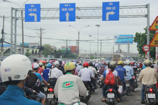 Kẹt xe tại khu vực ngã tư Bình Triệu (quận Thủ Đức)