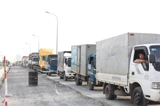 Do tuyến đường nối từ cầu Phú Mỹ đến vòng xoay Mỹ Thủy đang thi công nên dẫn đến tình trạng kẹt xe kéo dài.