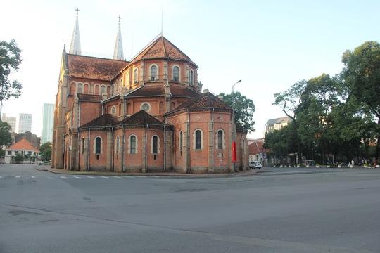 Nhà thờ Đức Bà (quận 1) vốn náo nhiệt với những dãy cà phê bệt, khách du lịch tấp nập nhưng hôm nay hưởng không khí yên bình, tĩnh lặng