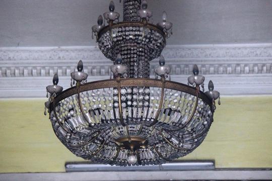 Theo giới đồ cổ, đèn chùm được treo trên trần của ngôi biệt thự có giá trên 50 triệu. Tuy nhiên, đây một trong số ít đồ cổ có trong ngôi nhà này.