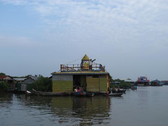 Chùa nổi của người Việt trên Biển Hồ