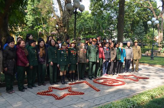 Hàng trăm ngọn nến xếp hành hình ngôi sao và số 70 nhân kỷ niệm 70 năm thành lập QĐND Việt Nam tại nhà Đại tướng Võ Nguyên Giáp
