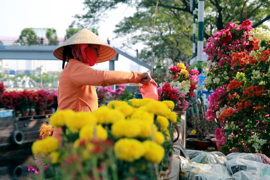 Hoa kiểng được chăm sóc mỗi ngày để luôn tươi mới. Mỗi ghe phải mua nước sạch để tưới hoa, trung bình từ 40.000 - 60.000 đồng/ngày