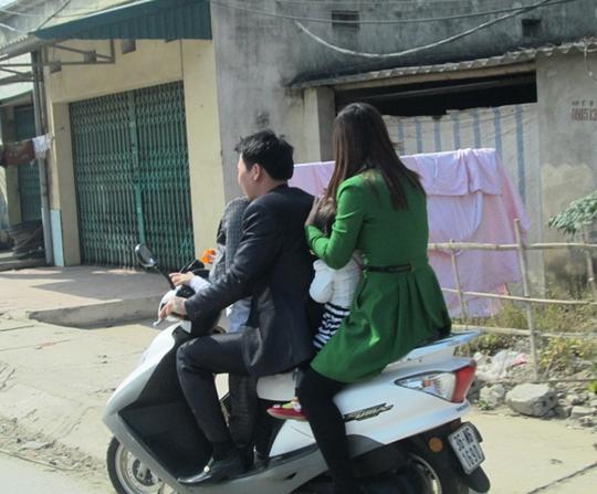 Chồng mặc vét lịch lãm, vợ mặc váy xanh, đèo theo 2 con nhỏ, nhưng không một ai có MBH.