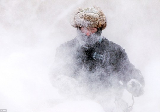 ...và người ở Michigan đều vật lộn trong cái lạnh. Ảnh: AP