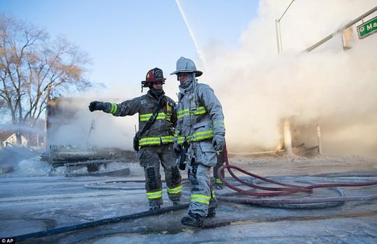 Lính cứu hỏa ở Michigan... Ảnh: AP