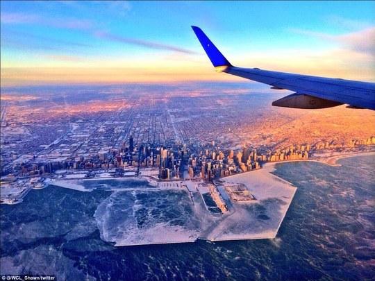 Chicago bị đóng băng nhìn từ trên cao. Ảnh: Twitter