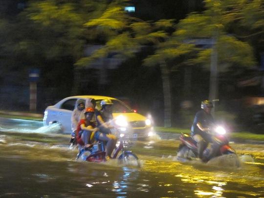 mưa đã gây ngập cục bộ trước cửa siêu thị BigC The Garden ở xã Mễ Trì, quận Nam Từ Liêm, Hà Nội