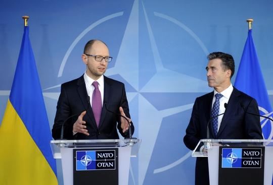 Thủ tướng lâm thời Ukraine Arseniy Yatsenyuk (trái) trong cuộc họp b1o với Tổng thư ký NATO Anders Fogh Rasmussen hôm 6-3. Ảnh: Reuters