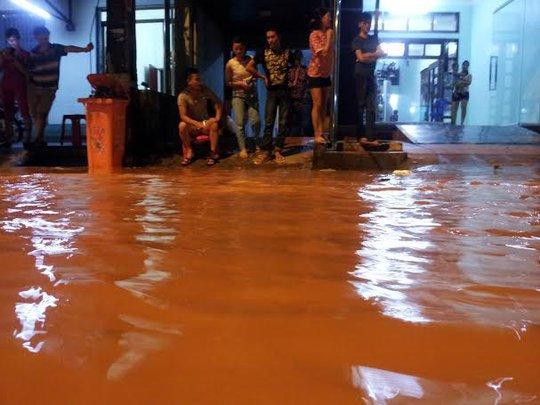 Người dân TP Lạng Sơn hối hả chạy lụt