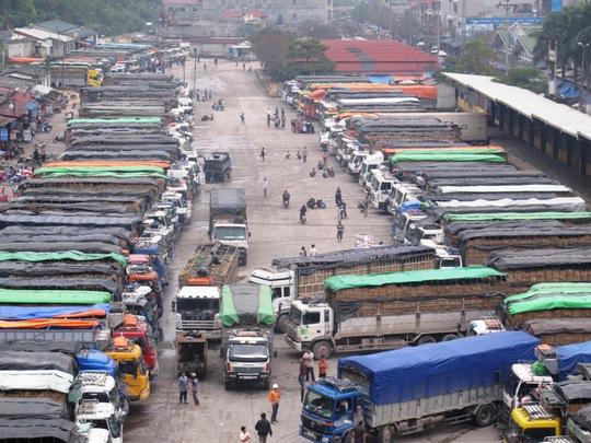 Xe chở dưa hấu nối đuôi nhau nằm chờ ở cửa khẩu Tân Thanh