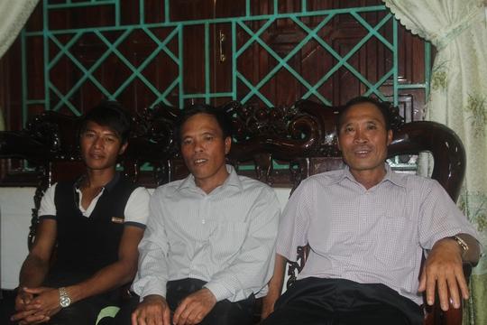 Các thợ lặn Nguyễn Văn Bình, Nguyễn Văn Thảnh và Nguyễn Văn Viết (từ phải qua)