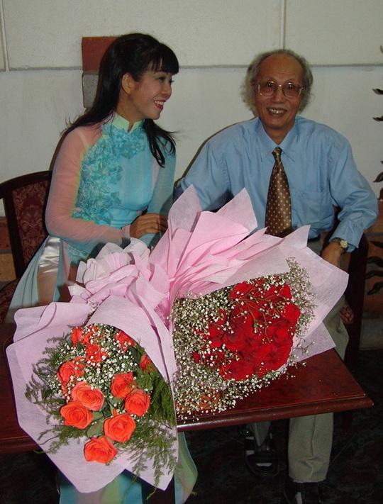 Ca sĩ Ánh Tuyết cùng nhạc sĩ Tô Vũ trong chương trình kỷ niệm 9 năm ngày mất của nhạc sĩ Văn Cao Ảnh: BẠCH MAI