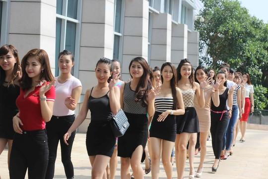 Các thí sinh khu vực TP Đà Nẵng hào hứng tham gia vòng tuyển chọn cuộc thi Hoa khôi Áo dài Việt Nam 2014 đang diễn ra.(Ảnh do ban tổ chức cung cấp)