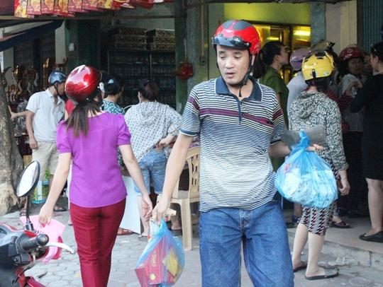Sau một hồi chen lấn, người đàn ông này cũng mua được những chiếc bánh ưng ý