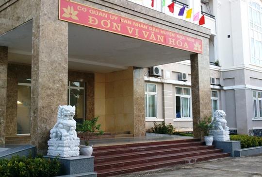Cặp sư tử đá mang phong cách Trung Quốc trấn giữ trước cổng trụ sở UBND huyện Nga Sơn - Thanh Hóa