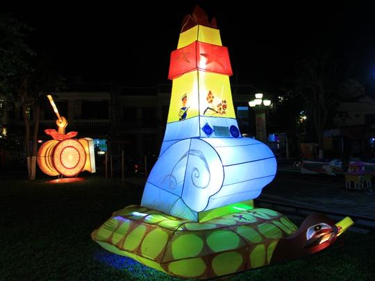 Cột mốc chủ quyền biển đảo cũng được tái hiện trong hội đèn lồng