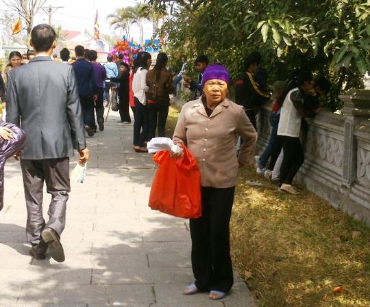 Nhiều người đứng chèo kéo du khách mua quẻ xem bói đầu năm như thế này có rất nhiều ở đền Bà Triệu.