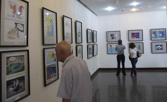 Khách tham quan triển lãm