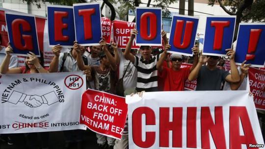 Những người Philippines tuần hành phản đối Trung Quốc ủng hộ Việt Nam. Ảnh: Reuters