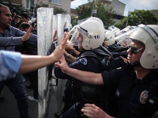 Cảnh sát ngăn người biểu tình. Ảnh: AP