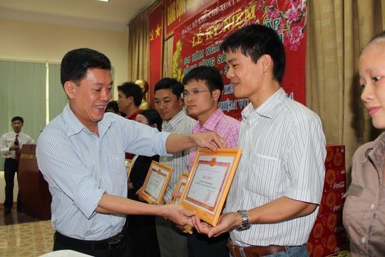 Ông Hồ Hoàng Hà, Phó Ban Tổ chức Đảng ủy các KCX-KCN TP HCM, khen thưởng các chi bộ trong sạch, vững mạnh năm 2013