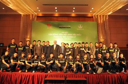 Đại diện Ủy ban Olympic Việt Nam và Herbalife chụp hình kỷ niệm với các VĐV chiến thắng tại SEA Games 27 trong một sự kiện diễn ra tại Hà Nội