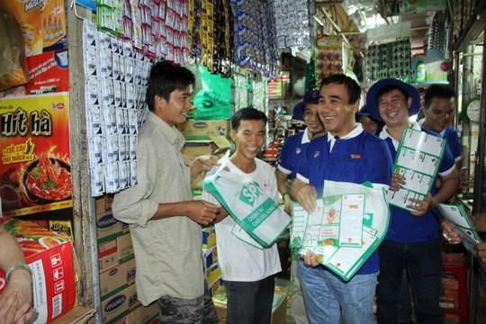 Đại sứ chương trình Quyền Linh cùng các đoàn viên phát tờ rơi và túi sinh học