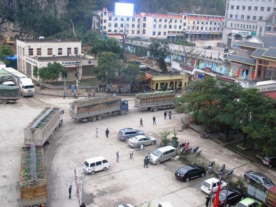 Do khả năng kho bãi của phía Trung Quốc, mỗi ngày chỉ có tối đa 300 - 350 xe được qua cửa khẩu, và còn 500 xe phải bị ách lại