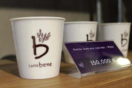 Quán có nhiều loại ly, tách lưu niệm và có cả sách để khách uống cà phê thưởng thức.