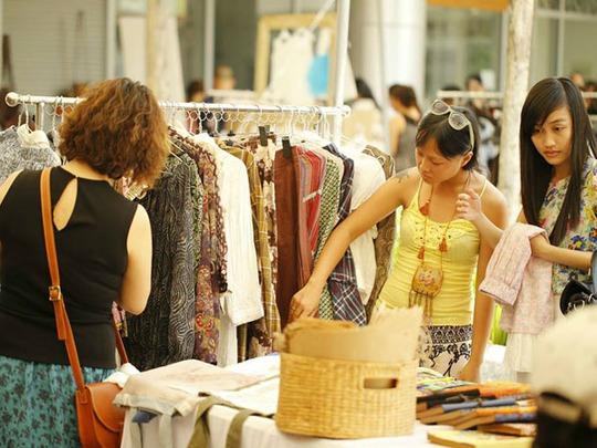 Đối với khách nước ngoài chợ trời Saigon Flea Market không còn xa lạ nhưng vẫn thu hút họ bởi tại đây có nhiều mặt hàng thủ công mỹ nghệ độc đáo của Việt Nam sản xuất.