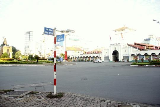 Công trường Quách Thị Trang cạnh chợ Bến Thành, biểu tượng của thành phố, thưa thớt xe cộ qua lại, bầu không khí im ắng hiếm có.