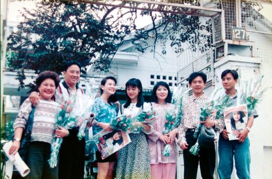 Lê Công Tuấn Anh (bìa phải) bên cạnh các nghệ sĩ khác tại tòa soạn Báo Người Lao Động