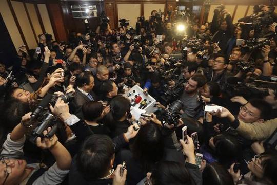 Đại diện của Malaysia Airlines bị phóng viên vây kín tại Kuala Lumpur ngày 8-3. Ảnh: Reuters