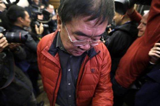 Thân nhân của hành khách trên máy bay thất thần tại Bắc Kinh - Trung Quốc. Ảnh: Reuters