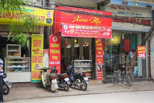 Ngay gần đó là các tiệm bánh trung thu cao cấp, được treo bảng giá 38.000 đồng/chiếc, rẻ hơn bánh trung thu Bảo Phương nhưng vẫn trong tình trạng vắng như chùa bà đanh.