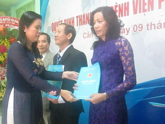 Ban giám đốc BV Phụ sản TP Cần Thơ nhận quyết định thành lập BV