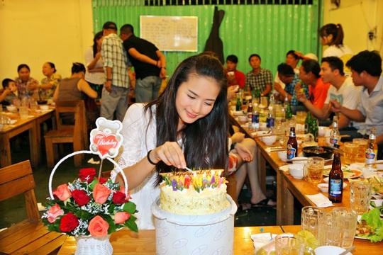 Phan Như Thảo cắt bánh kem mừng sinh nhật lần thứ 27