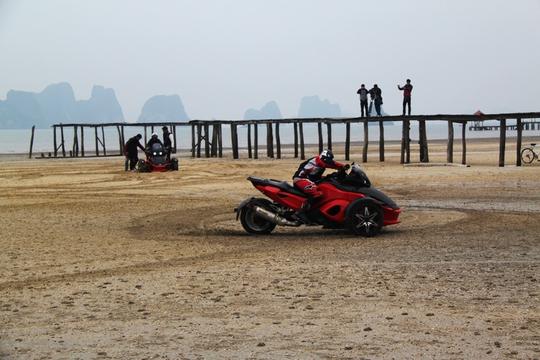 Biểu diễn kỹ năng đi xe mô tô trên cát.