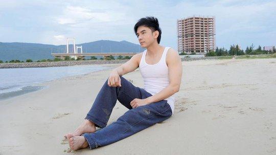 """Đan Trường """"khoe dáng"""" trên bãi biển"""