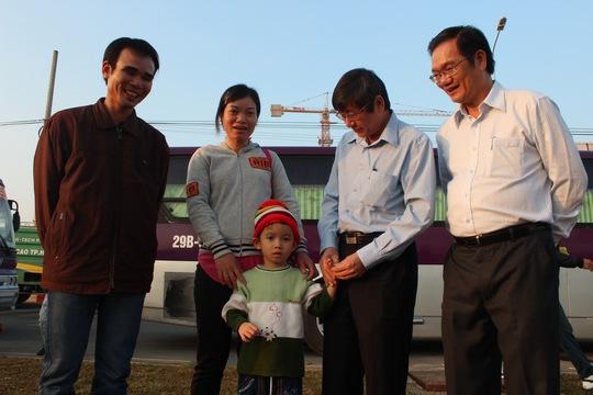 Ông Trần Thanh Hải, Phó Chủ tịch Thường trực LĐLĐ TP HCM (thứ hai từ phải sang), thăm hỏi công nhân về quê ăn Tết  ẢNH: THANH NGA
