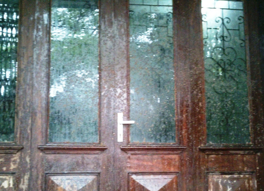 Chất bẩn được trộn lẫn với mắm tôm và dầu nhớt thải được kẻ xấu ném kín cửa nhà riêng của PV Ngọc Minh