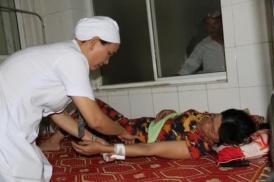 Một nạn nhân trong đang cấp cứu trong tình trạng nguy kịch tại bệnh viện