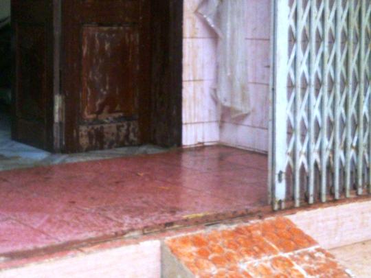Hè và cửa xếp trước nhà cũng lai láng chất bẩn